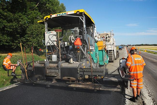 En bild på två asfaltsläggare