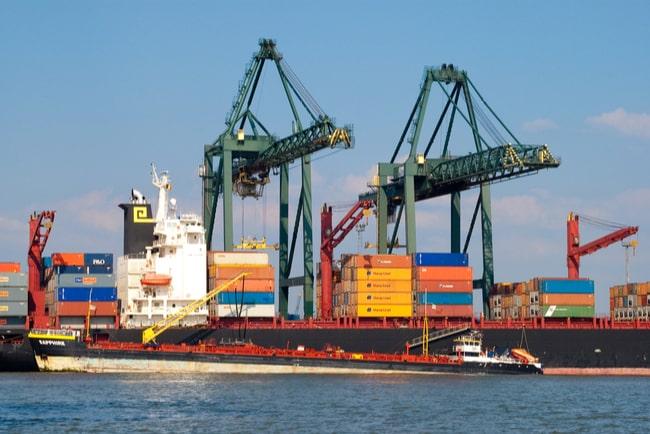 fraktfartyg i hamn