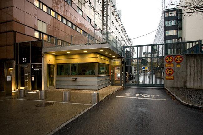 Exteriört foto på Kriminalvårdens huvudingång och del av byggnaden