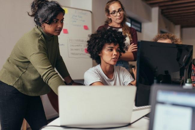 IT-inriktade kvinnor arbetar framför datorn