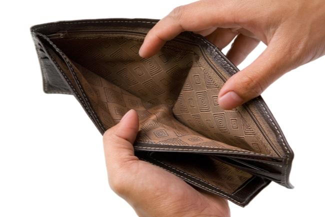 händer håller i tom plånbok