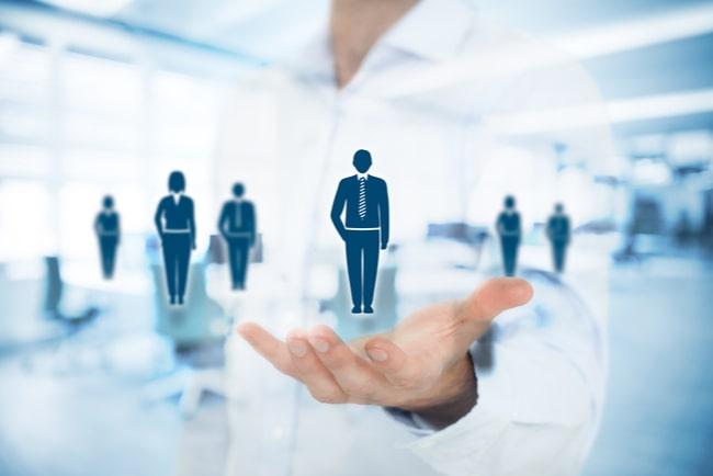 Illustration med fler små människoikoner som illustrerar personal på arbetsplats.