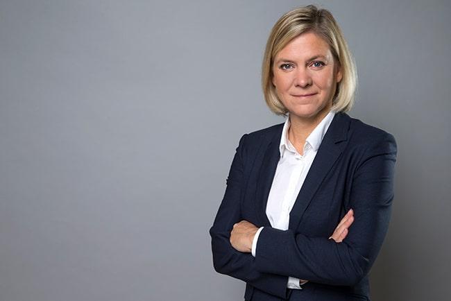 Finansminister Magdalena Andersson i vit skjorta och mörk kavaj.